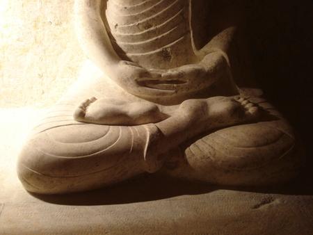 sculpture-figuratif-bouddha-dans-la-roche